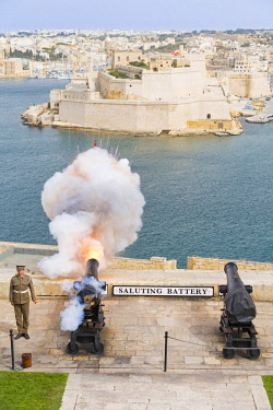 MLT0579AW Malta, South Eastern Region, Valletta. The 16:00hrs firing of the canon at the Saluting Battery, Upper Barrakka Gardens was traditionally used to signify the closing of the city gates.