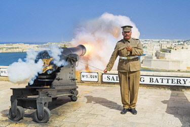 MLT0585AW Malta, South Eastern Region, Valletta. The 16:00hrs firing of the canon at the Saluting Battery at Upper Barrakka Gardens was traditionally used to signify the closing of the city gates. (MR).
