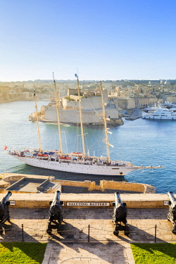 MLT0595AW Malta, South Eastern Region, Valletta. The view across Grand Harbour to Fort St Angelo from the Saluting Battery at Upper Barrakka Gardens.