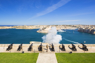 MLT0646AW Malta, South Eastern Region, Valletta. The 16:00hrs firing of the canon at the Saluting Battery, Upper Barrakka Gardens was traditionally used to signify the closing of the city gates.