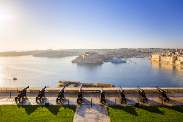 MLT0683AWRF Malta, South Eastern Region, Valletta. The view across Grand Harbour to  the Three Cities from the Saluting Battery at Upper Barrakka Gardens.