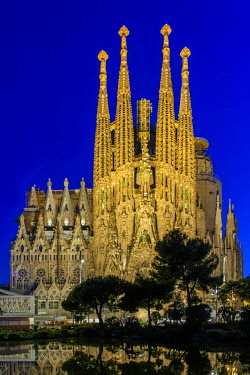 SPA7225AW Night view of the Nativity facade of Sagrada Familia basilica church, Barcelona, Catalonia, Spain