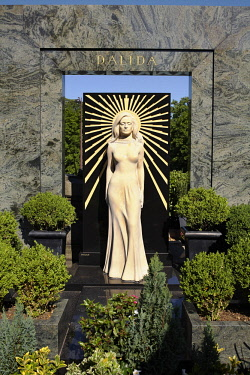 HMS2569825 France, Paris, Montmartre Cemetery, Dalida (Iolanda Cristina Gigliotti) Grave, French singer and actress, with her full size sculpture with golden rays, the most visited grave and the most flowered in...