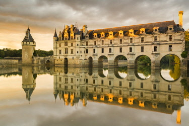 CLKFV57614 Chenonceau castle reflects itself on the Loire at sunset. Chenonceaux, Indre-et-Loire, France.
