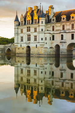 CLKFV57620 Chenonceau castle reflects itself on the Loire at sunset. Chenonceaux, Indre-et-Loire, France.