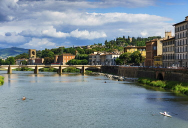 ITA10669AW Europe, Italy, Tuscany, Florence, River Arno