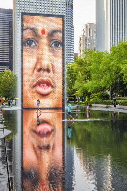 USA12741AW Children play in the Crown Fountain in Millennial Park Chicago, Illinois