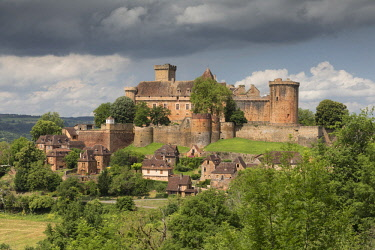 FRA9736AW France, Lot, Castelnau-Bretenoux, the medieval fortified castle and village