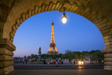 FRA9810AW Bir Hakeim bridge and Eiffel Tower, Paris, France