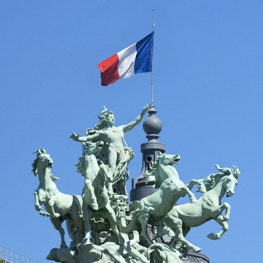 FRA9820AW The Grand Palais Recipon's bronze statue of flying horses and chariot, Paris, France
