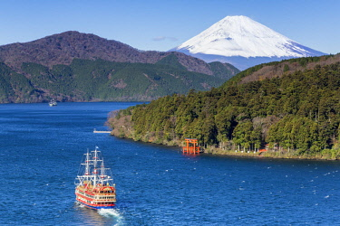 JP04096 Lake Ashinoko with Mount Fuji behind, Fuji-Hakone-Izu National Park, Hakone, Shizuoka, Honshu, Japan
