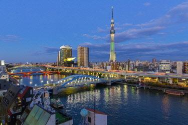 JP04119 Japan, Tokyo, city skyline and Skytree on the Sumida River