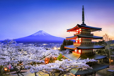JAP1158AW Chureito Pagoda with Mount Fuji during spring season, Fujiyoshida, Yamanashi prefecture, Kanto region, Honshu Island, Japan