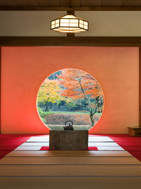 JAP1177AW Tea room with round window at the Fukugenzan Meigetsu-in temple, Kita-Kamakura, Kanagawa prefecture, Japan