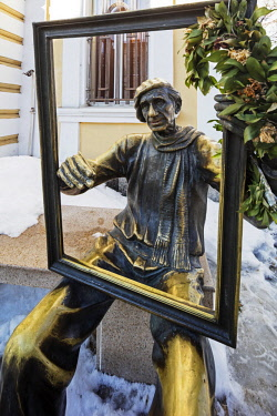 BUL0223 Europe, Bulgaria, Plovdiv, bronze statue of a painter infront of the Art Gallery