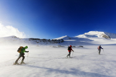 SWI7958 Europe, Switzerland, Valais, Saas-fee, ski tourers in windy conditions, Strahlhorn 4190m
