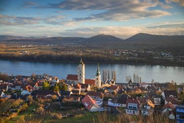 AU04489 Austria, Lower Austria, Stein an der Donau, elevated view of town and Danube River