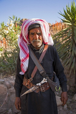 JOR0464 Petra, Jordan. An elderly man in traditional dress with a silver dagger tucked into his belt