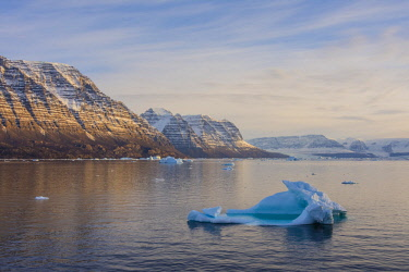 GR01IHO0046 Greenland. Scoresby Sund. Icebergs and deeply eroded mountains.