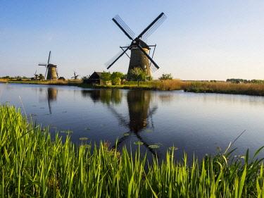 EU20TEG0273 Netherlands, Kinderdijk, Windmills with evening light along the canals of Kinderdijk