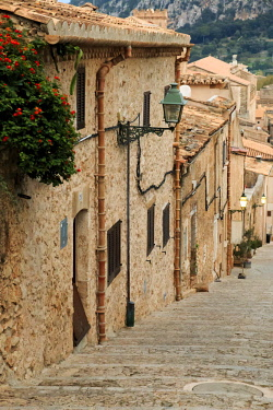 EU27EWI0111 Spain, Balearic Islands, Mallorca, Pollenca. Stairs. Calvari Chapel walk. Village architecture and lantern.