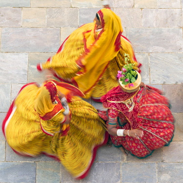 IN05666 India, Rajasthan, Jaipur, Samode Palace, women wearing colourful Saris dancing  (MR, PR)