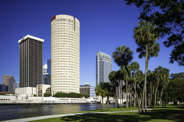 US10BJN0140 Hillsborough River and the skyline of Tampa, Florida, USA