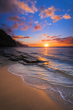 US12RBS0102 Sunset over the Na Pali Coast from Ke'e Beach, Haena State Park, Kauai, Hawaii, USA