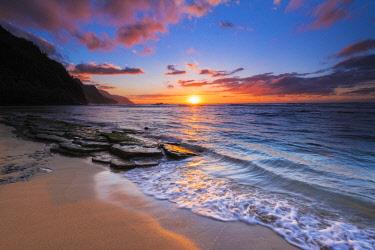 US12RBS0103 Sunset over the Na Pali Coast from Ke'e Beach, Haena State Park, Kauai, Hawaii, USA