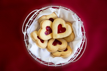 US21HLL0002 USA, Maryland, Bethesda, Heart Cookies in a Basket