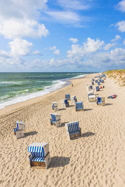 GER10162AW Hörnum, Sylt island, North Frisia, Schleswig-Holstein, Germany.  Strandkorbs on the beach.