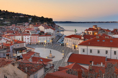 CLKMG57525 Europe, Slovenia, Istria, Piran. View on Tartini Square and the city center at dusk