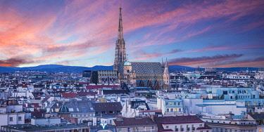 AU01560 Stephansdom cathedral and city skyline, Vienna, Austria