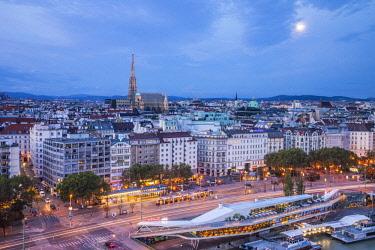 AU01562 Stephansdom cathedral and city skyline, Vienna, Austria