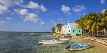 BA01456 Bahamas, Abaco Islands, Green Turtle Cay, New Plymouth, Oceanfront wooden houses
