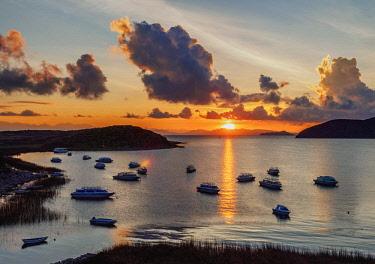 BOL8737AW Challa Pampa Bay, sunrise, Island of the Sun, Titicaca Lake, La Paz Department, Bolivia