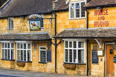 ENG14978AW Cotswold stone-built The Horse and Hound inn in the Cotswold village of Broadway, Worcestershire, UK