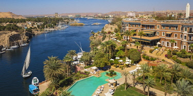 EG03464 Egypt, Upper Egypt, Aswan, Sofitel Legend Old Cataract hotel and swimming pool on the banks of the Nile