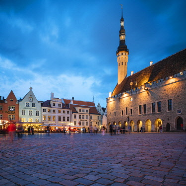EST1235AW Town Hall Square (Raekoja plats) at dusk, Old Town, Tallinn, Estonia, Europe