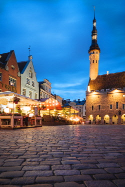 EST1236AW Town Hall Square (Raekoja plats) at dusk, Old Town, Tallinn, Estonia, Europe
