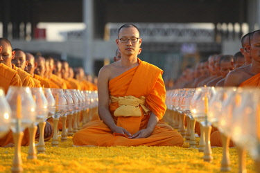 IBLJBE04337516 Monks sitting in a row meditating, Wat Phra Dhammakaya Temple, Khlong Luang District, Pathum Thani, Bangkok, Thailand, Asia *** IMPORTANT: This image may not be used in a negative connection with the...