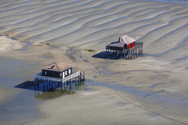 HMS2103365 France, Gironde, Arcachon, wooden houses on stilts near L'IIe aux Oiseaux (aerial view))