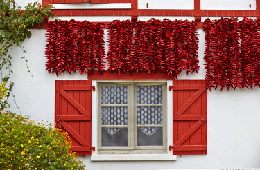 HMS2141556 France, Pyrenees Atlantiques, Basque Country, Espelette, bunch of peppers drying in the sun on the facade of a traditional Basque house