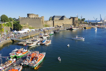 HMS2690543 France, Finistere, Brest, Fetes maritimes internationales de Brest 2016 (International maritime feast Brest 2016), boats moored by the Chateau (the Castle) hosting the navy museum at the mouth of the...