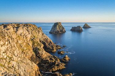 HMS2858319 France, Finistere, Armorica Regional Natural Park, Crozon peninsula, Camaret-sur-Mer, Pointe de Pen-Hir, Tas de Pois