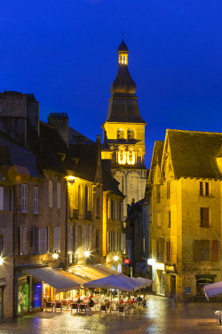 HMS2234544 France, Dordogne, Perigord Noir, Dordogne valley, Sarlat la Caneda,old town and Saint Sacerdos cathedral