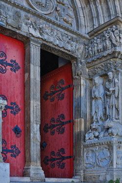 HMS3085120 France, Gard, Saint Gilles, Saint Gilles abbey, entrance gate surrounded by statues evoking both testaments