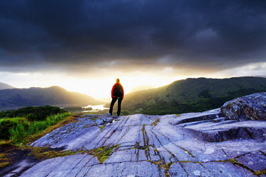 IRL0861AW Europe, Ireland, ring of Kerry, Kerry county, woman alone at Lady's view viewpoint before sunrise, MR