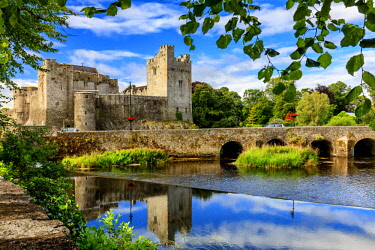 IRL0919AW Europe, Ireland, Caher, Tipperary, medieval town of Caher with fortress and bridge reflecting in the river