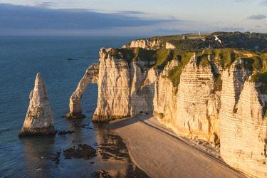 HMS2030330 France, Seine Maritime, Pays de Caux, Alabaster Coast, Etretat, Aval cliff, Aval Arch and Needle